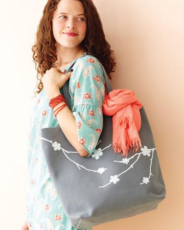 Сделать сумку с трафаретом черешни просто.